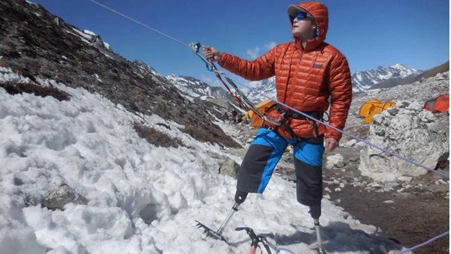 Ông lão 69 tuổi chinh phục đỉnh Everest bằng hai chân giả - 1
