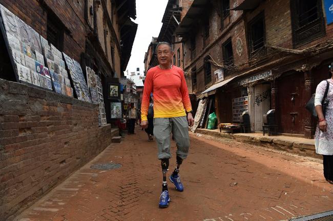 Ông lão 69 tuổi chinh phục đỉnh Everest bằng hai chân giả - 2