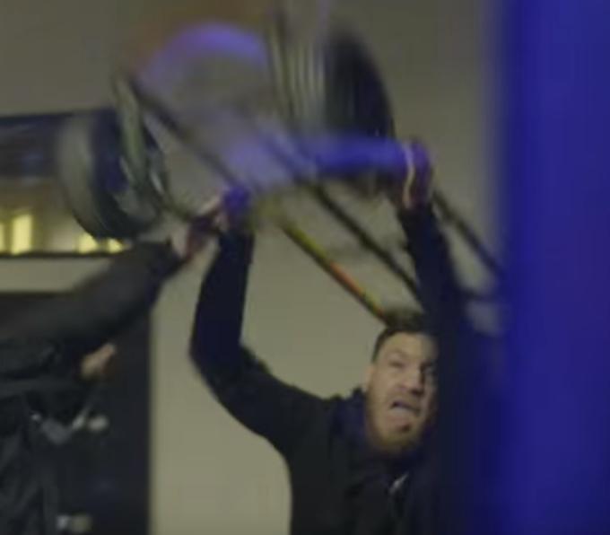 Gregor dùng một chiếc xe đẩy hàngđập vỡ cửa kính xe bus. Hình ảnh được camera ghi lại là bằng chứng buộc tội võ sĩ có biệt danh Gã điên. Với hành vi này, anh có thể bị phạt tù lên tới 7 năm.
