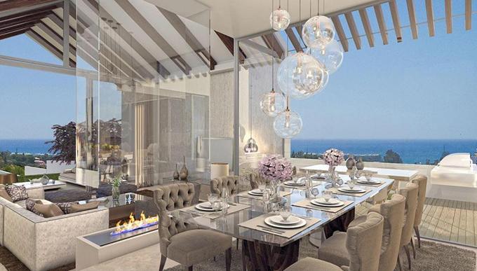Phòng ăn với nội thất sang trọng, có thể nhìn ra biển từ nhiều h ướng.