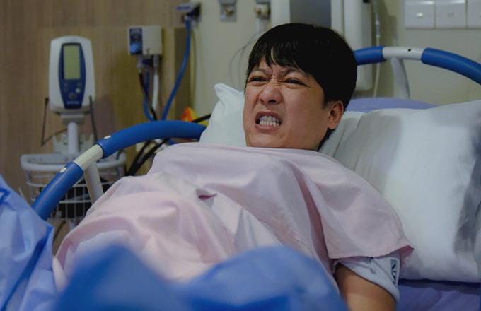 Trường Giang nghiếnrăng cố chịu đau nhưng không thành công.