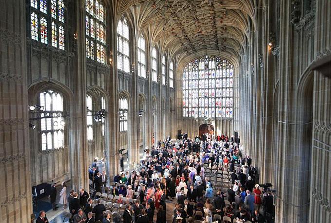 Các nghệ sĩ cùng hàng trăm khách mời tới nhà thờ dự đám cưới hoàng gia.