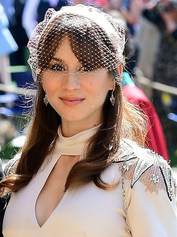 Nữ diễn viên người Mỹ Troian Bellisario gây chú ý với làn môi màu cam đào dịu dàng trên lớp nền tự nhiên. Cô buộc tóc nửa đầu và rẽ mái dài sang hai bên.