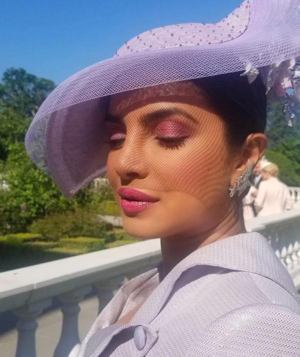 Bạn thân lâu năm của cô dâu Priyanka Chopra nổi bật với sắc tím lavender từ mắt tới môi, ton sur ton với chiếc mũ.