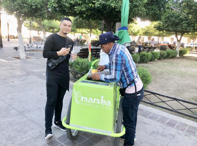 Ban ngày nhà thiết kế Việt đi dạo phố, thưởng thức các món ăn vặt trên vỉa hè. Anh nếm thử món kem với giá 5 xu Mexico (khoảng 6 -7.000 VNĐ/cây).