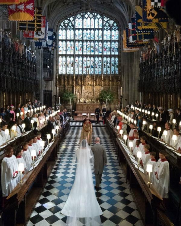 Thái tử Charles thay cha đẻ đưa cô dâu Meghan vào lễ đường, trao cho cậu con trai út Harry.