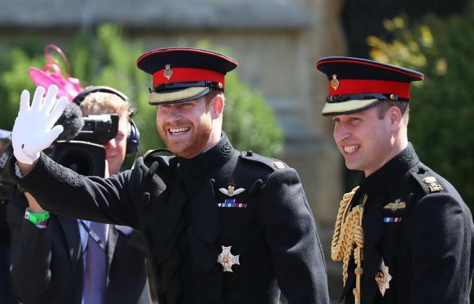 Hoàng tử Harry và anh trai William mặc quân phục trong lễ cưới.