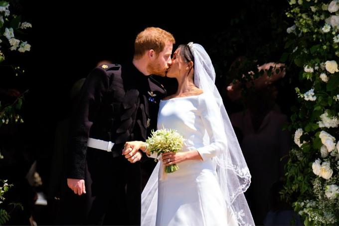 Harry và Meghan trao nhau nụ hôn trước công chúng, khi bước ra khỏi nhà nguyện St. George.