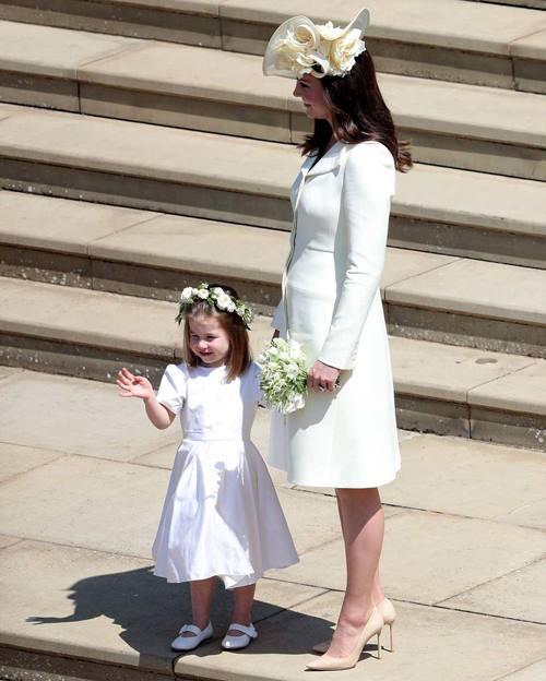 Công chúa Charlotte cười tươi với người hâm mộ đợi phía ngoài nhà nguyện.
