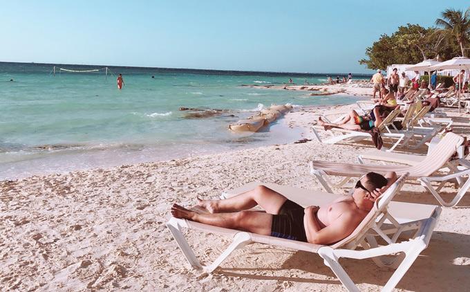 Sau vài ngày ở Hermosilo, Đức Vincie bay đến Cancun tắm biển. Nước biển ở đâyxanh ngắt, bờ biển cát trắng mịn, khí hậu nhiệt đới quanh năm ấm áp. Nơi này được mệnh danh là thiên đường của khách du lịch.