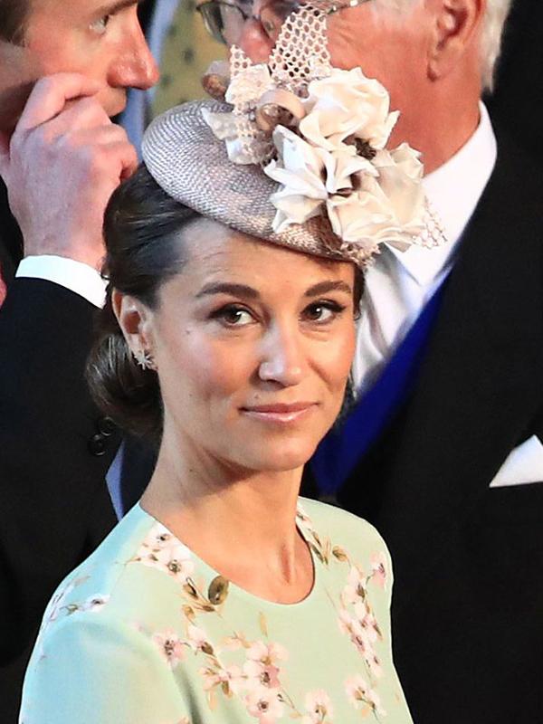 Pippa Middleton lựa chọn phong cách trang điểm đơn giản với màu mắt trung tính và son môi hồng đào bóng.