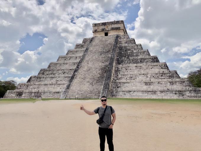 Sau khi nghỉ dưỡng ở Cancun, anh tiếp tục lên đường thăm các công trình kỳ quan của thế giới và tìm hiểu về nền văn minh Maya cổ xưa. Anh chụp ảnh trước kim tự tháp cổ Phetan. Vé vàokhu vực này là 150 USD.