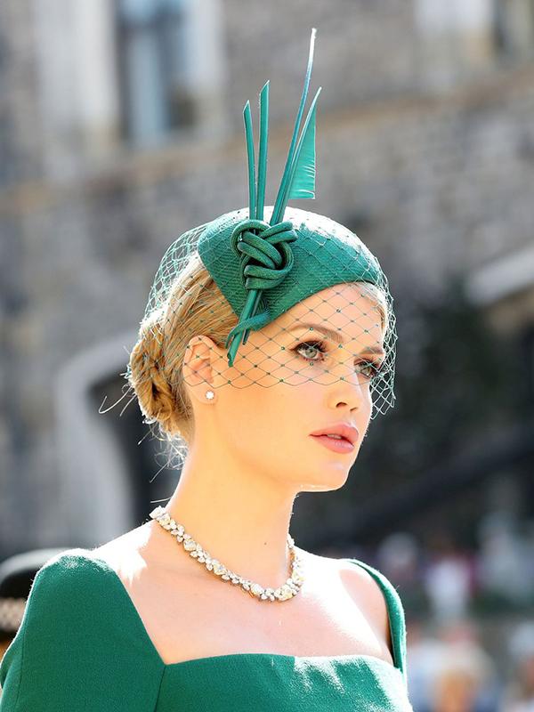 Cháu gái của cố Công nương Diana, Kitty Spencer, thu hút sự chú ý với diện mạo quá xinh đẹp. Cô búi tóc thấp kiểu cổ điển, thoa son môi màu hồng nhạt và tạo điểm nhấn ở đôi mắt viền đen đậm kết hợp với hàng mi cong vút.