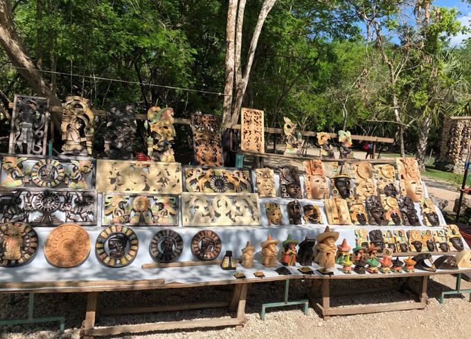 Sau khi tham quan, tìm hiểu nền văn minh Maya, du khách có thể mua những món quà lưu niệm độc đáo bày bán ở ven đường.