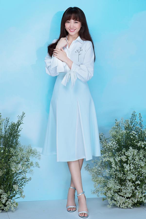 Hari Wonthực hiện bộ ảnh với trang phục đậm chất thanh lịch, cùng những thiết kế mang màu sắc nữ tính được hòa quyện từ gam màu xanh pastel cùng trắng nhã nhặn.
