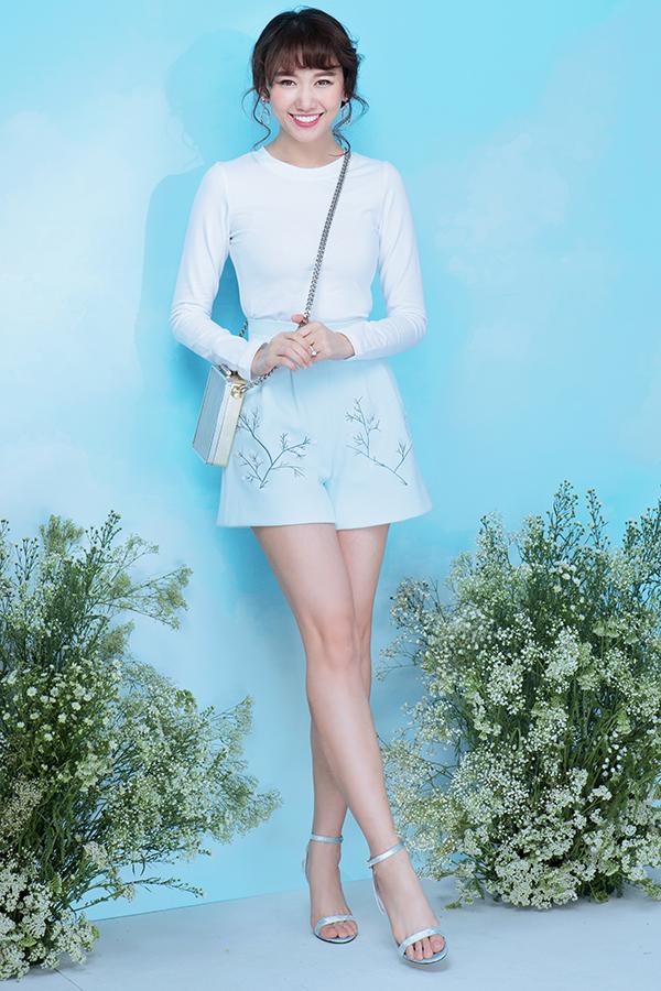 Điểm nhấn cuốn hút trên từng mẫu váy áo là hoạ tiết chùm hoa li ti được thêu tay tỉ mỉ.