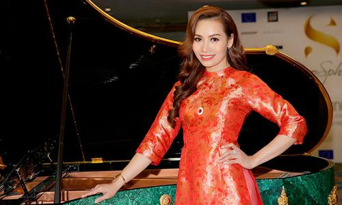 Á hậu Doanh nhân Thúy Anh diện áo dài catwalk bên dàn mẫu Tây