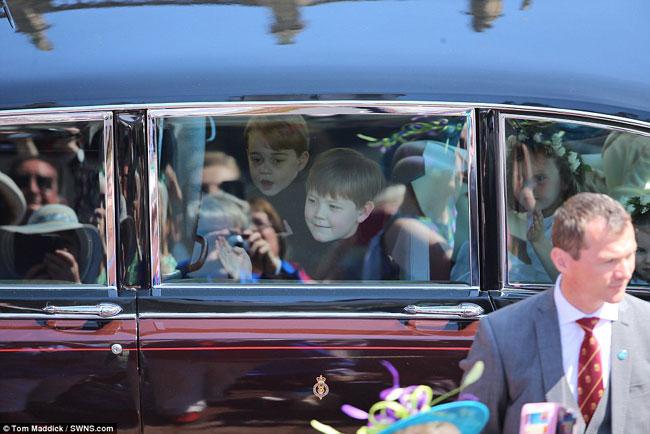 Hoàng tử George ngồi cùng xe với các phù dâu nhí khác.