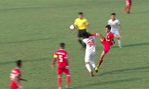 Pha cao chân trúng mặt đối phương của cầu thủ Bình Định