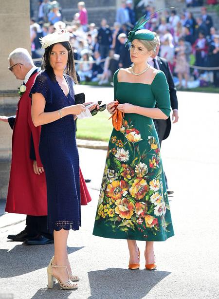 Tại đám cưới được trông đợi nhất năm của hoàng gia Anh, người mẫu 27 tuổidiện một chiếc váy màu xanh, cầm túi màu cam và đi giày cao gót cùng màu.