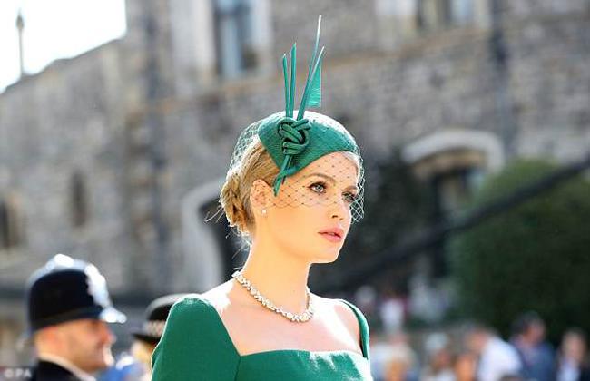 Lady Kitty Spencer (27 tuổi), con gái của Bá tước Charles Spencer, em trai ruột của Công nương quá cố Diana, vừa có mặt tại đám cưới của Hoàng tử Harry chiều nay. Vẻ đẹp quý tộc, sống mũi cao thẳng, đôi môi quyến rũ cùng đôi mắt to tròn của Kitty khiến cô được đánh giá trông giống một công chúa thực sự.