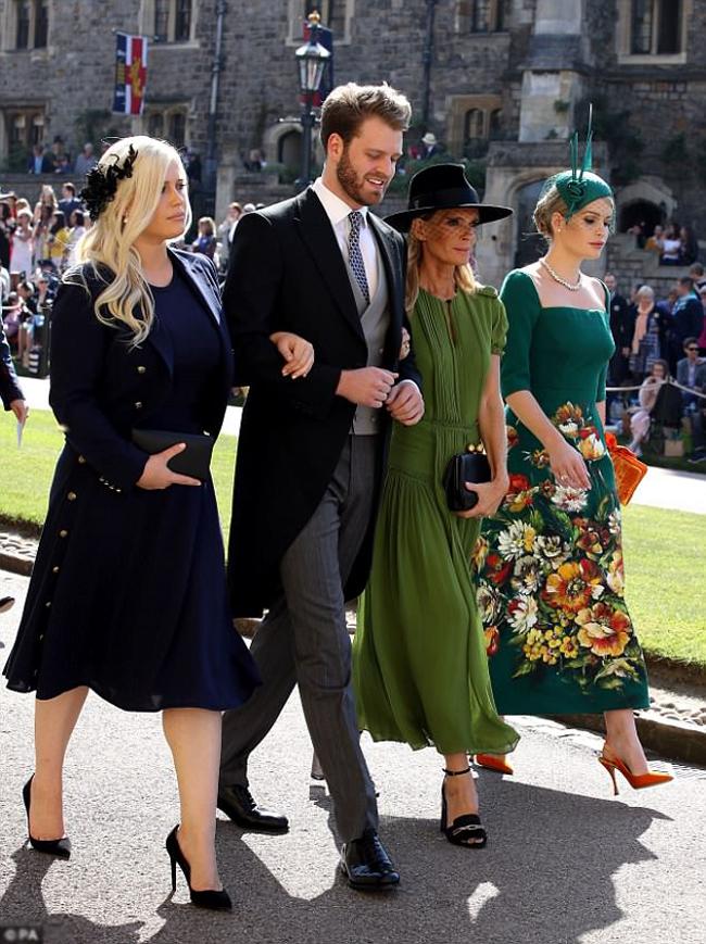 Cô đi cùng chị gái Eliza, em trai Louis và mẹ ruột Victoria khi xuất hiện tại lâu đài Windsor.
