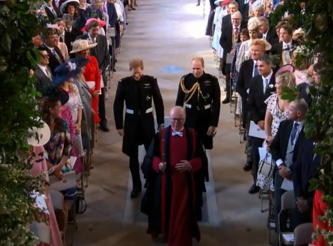 Hoàng tử Harry và anh trai William bước vào lễ đường.
