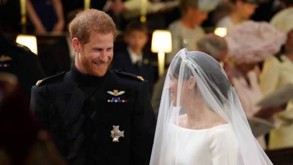 Cô dâu chú rể nhìn nhau đắm đuối.