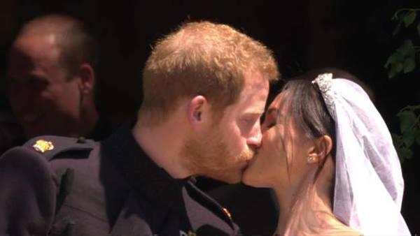 Cô dâu chú rể trao nụ hôn bên ngoài nhà nguyện.