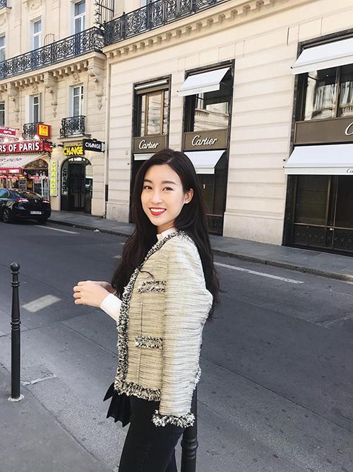 Hoa hậu Mỹ Linh khoe ảnh sống ảo, đi dạo phố Paris (Pháp).