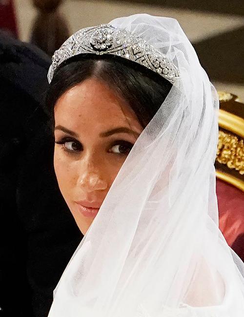 Cô dâu chọn lối make up đơn giản với son có tông màu nude và mắt khói tone đậm tạo chiều sâu cho ánh nhìn.