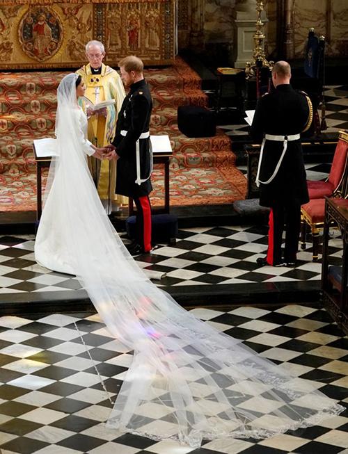 Nữ giám đốc sáng tạo 47 tuổi đã gặp gỡ Meghan đầu năm nay và cùng thực hiện chiếc váy với vẻ ngoài thanh lịch, trích nguồn tin từ Cung điện Kensington.