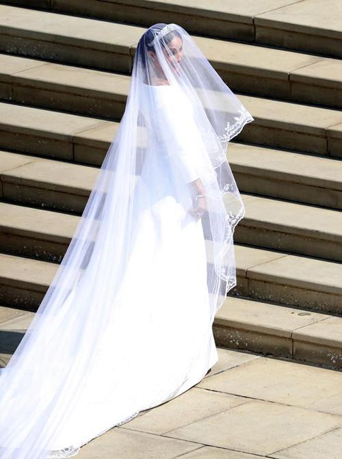 Điểm tạo nên nét ấn tượng cho bộ váy chính là phần voan trùm đầu siêu dài.