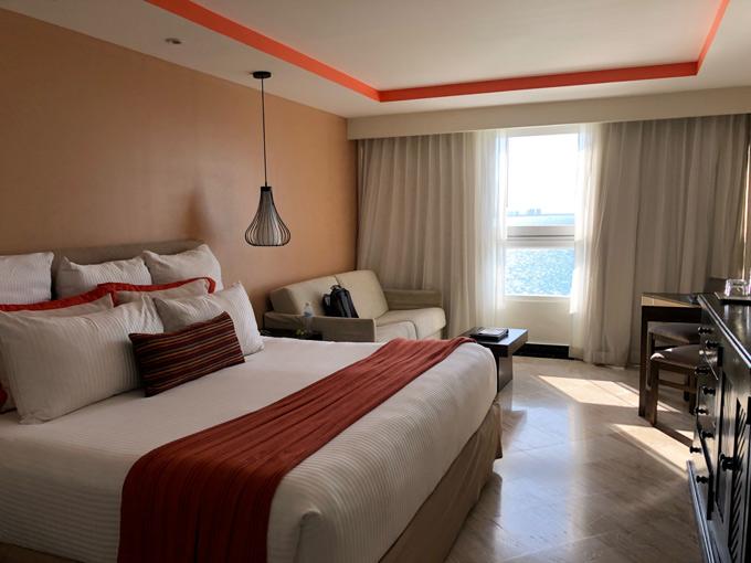 Những ngày ở Mexico, Đức Vincie ở khách sạn có tầm nhìn ra biển khá đẹp. Giá phòng ở đây khoảng 3 đến 6 triệu/đêm. Chi phí ăn uống, đi lại và mua sắm ở Mexico tương đương tại TP HCM.