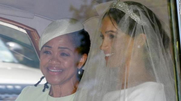 Cô dâu Meghan Markle và mẹ Doria Ragland trên đường tới nơi cử hành hôn lễ.
