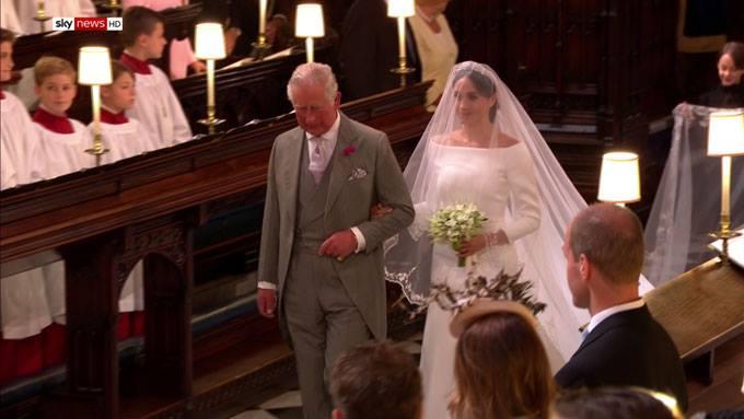 Thái tử Charles đưa con dâu vào lễ đường.