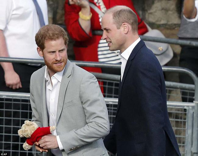 Hoàng tử Harry cầm con gấu Teddy được fan tặng khi đi cùng Hoàng tử William chào đón người dân ở lâu đài Windsor. Ảnh: AP.