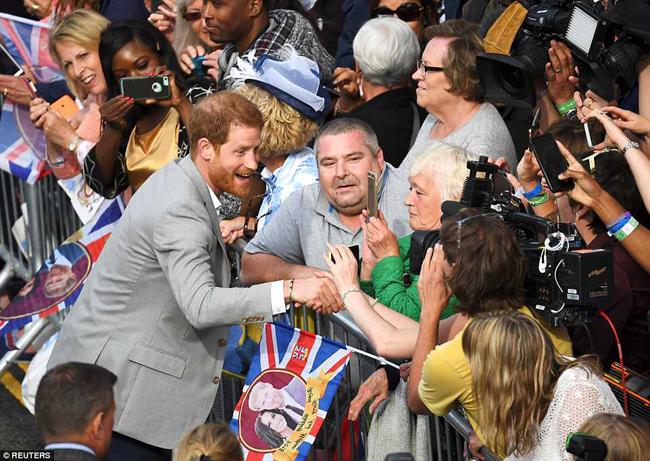 Harry nhiệt tình bắt tay người hâm mộ và chia sẻ cảm xúc tuyệt vời trước đám cưới. Ảnh: Reuters.