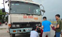 Phơi lúa trên quốc lộ 1A, người phụ nữ bị xe tải tông tử vong