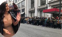 Hàng trăm fan xếp hàng từ đêm trên phố chờ gặp Kylie Jenner