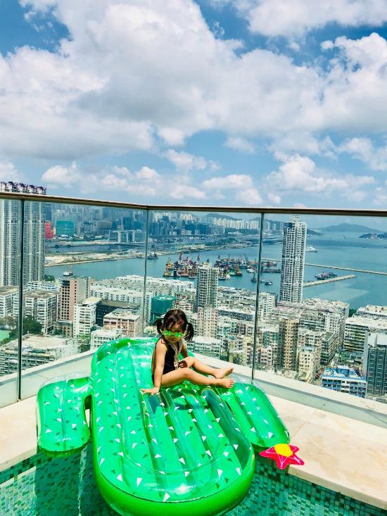 Vợ chồng Trần Hạo Dân và 4 con tận hưởng tiệních sốngtrong căn hộ áp mái
