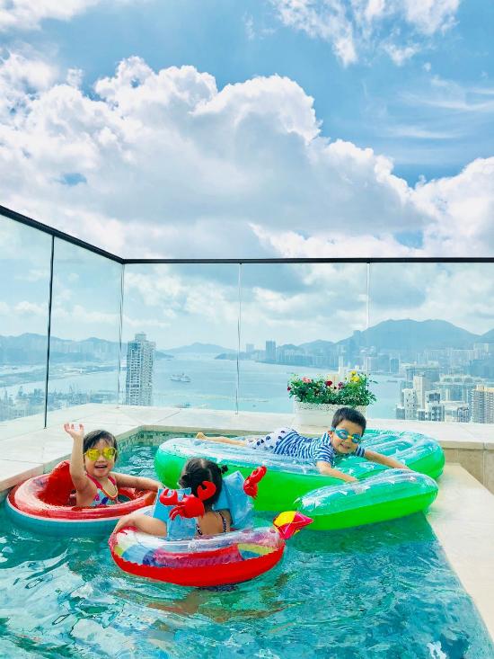 Vợ chồng Trần Hạo Dân và 4 con tận hưởng tiệních sốngtrong căn hộ áp mái - 1
