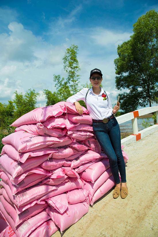Ngoài việc dự khánh thành cầu mới, cô và Hội từ thiện còn tặng 150 suất quà gồm gạo, dày dép, dụng cụ học tập cho người dân và trẻ em nghèo tại tỉnh Kiên Giang.