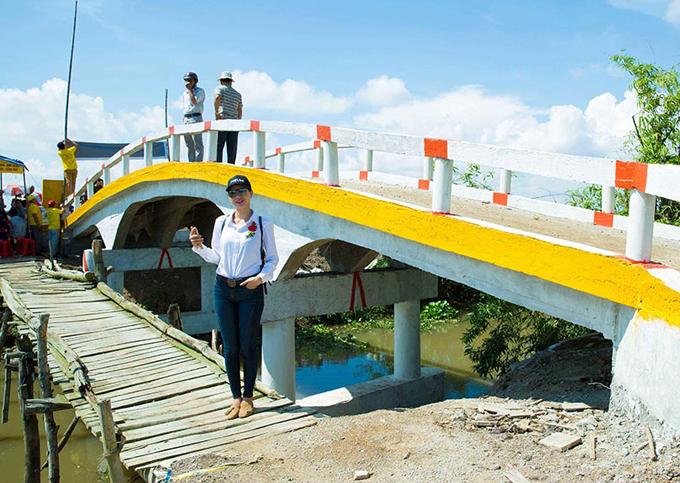 Cây cầu mới bằng bê tông được xây ngay cạnh chiếc cầu tạm bợ vắt qua kênh.