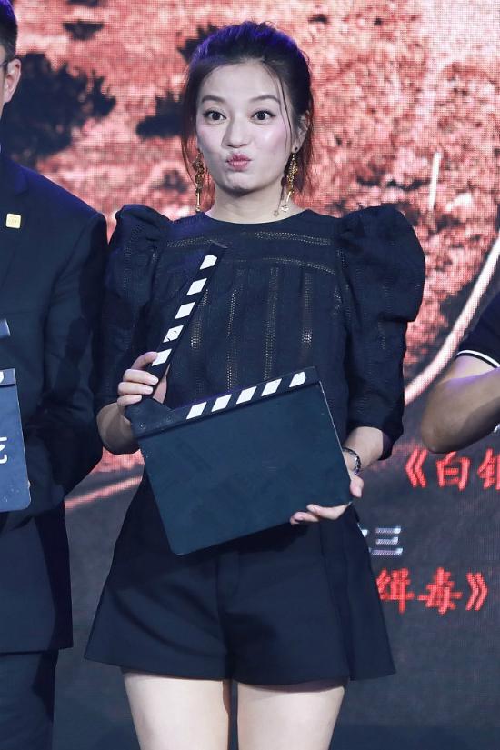 Tại sự kiện, khiđược hỏi về kế hoạch tái xuất mànảnh, Triệu Vyúp mở rằng cô sẽ có tin vui trong dịp cuối năm dành cho khán giả, vì bản thân cô cũng rất yêu thích diễn xuất.