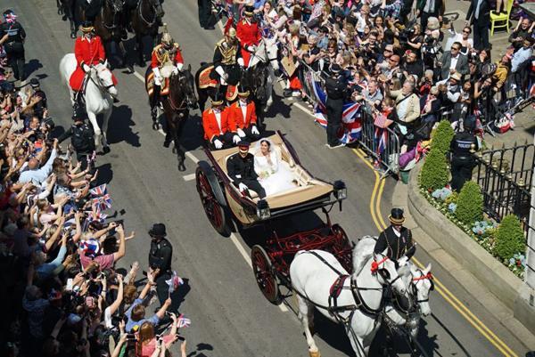 Cặp vợ chồng mới cưới được rước trên xe ngựa. Ảnh: CNN.