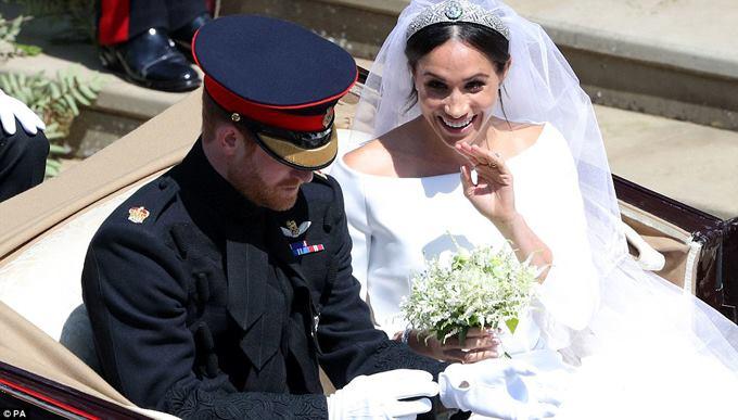 Cô dâu Meghan vẫy chào người hâm mộ khi ngồi trên xe ngựa. Ảnh: PA.