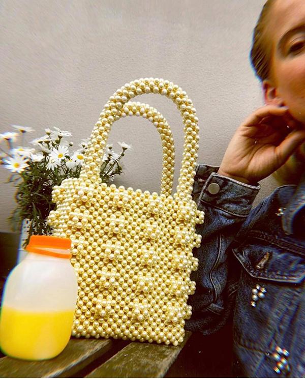 Túi kết cườm, kết hạt giả ngọc trai, pha lê được xây dựng trên phom dáng vuông vắn đi kèm quai xách tay xinh xắn là sản phẩm được ưa chuộng nhất.