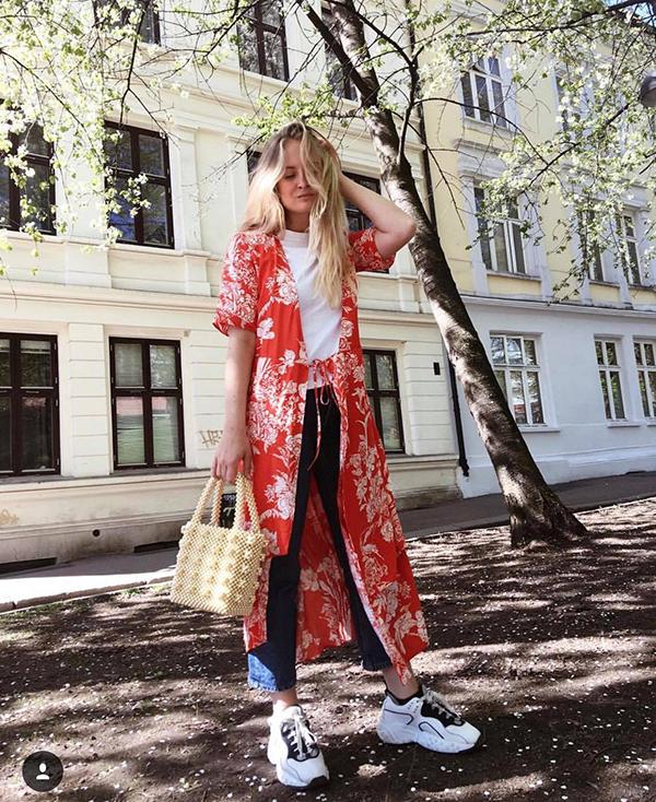 Nhờ sự biến hoá linh hoạt trong việc phối trang phục của các fashionista mà mẫu túi đơn giản trở nên bắt mắt hơn.