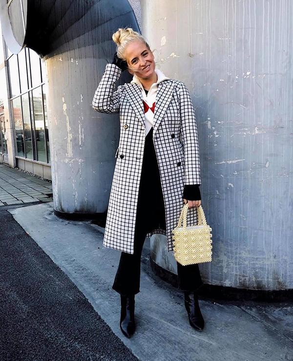 Túi handmade được kết hợp hài hoà cùng các kiểu váy áo hợp mốt giúp các tín đồ thời trang ghi điểm về phong cách xuân hè.